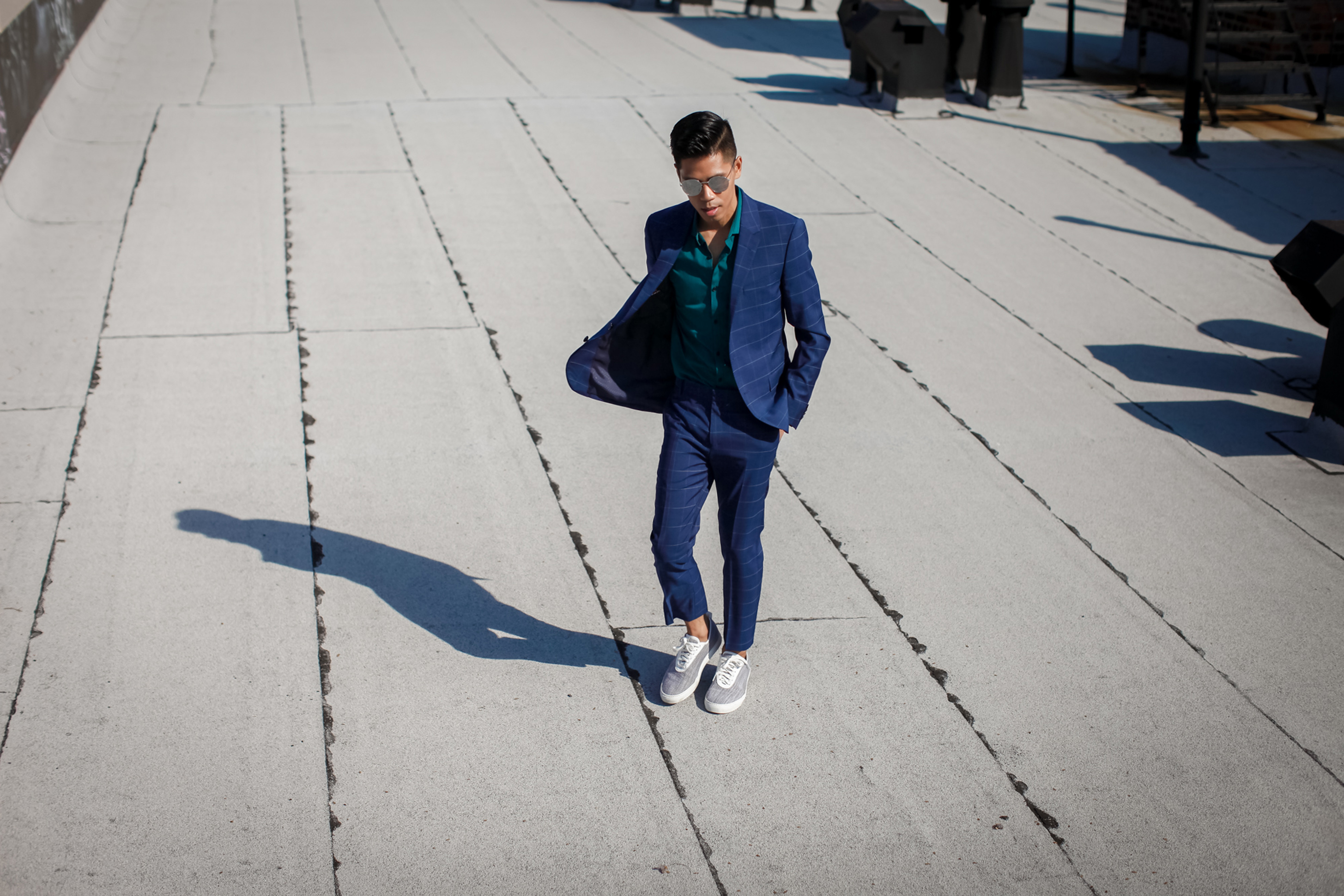 how to wear a suit with sneakers